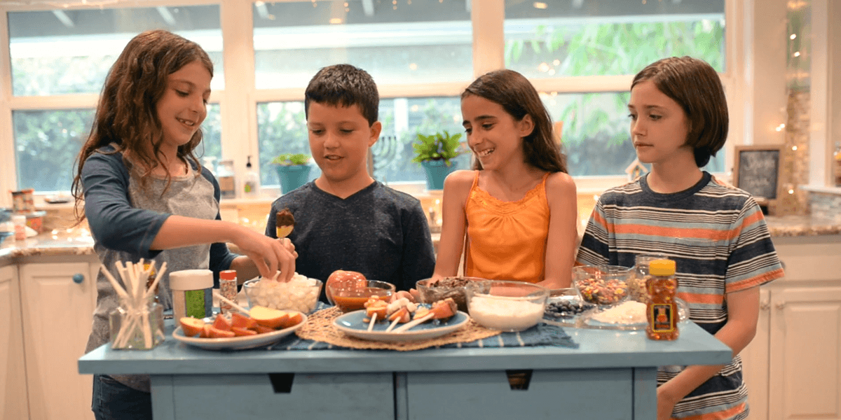 Kids Bake Apple Pops for Rosh Hashanah
